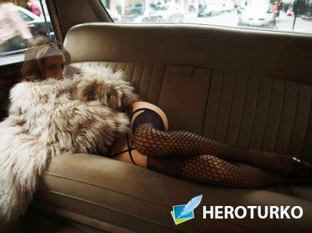 Женский шаблон - Стройная девушка на заднем диване авто