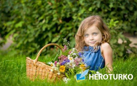 Детский шаблон PSD - Милая девочка  с корзинкой цветочков